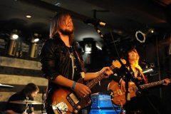 band-of-skulls-gitar-show-dob-mikrofon-hatterkep-246