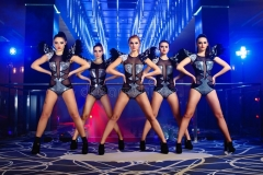 belle-ragazze-sexy-del-ballerino-di-discoteca-che-posano-al-night-club-90123651