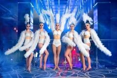 grupa-piękni-żeńscy-tancerze-w-białych-karnawałowych-kostiumach-90123730